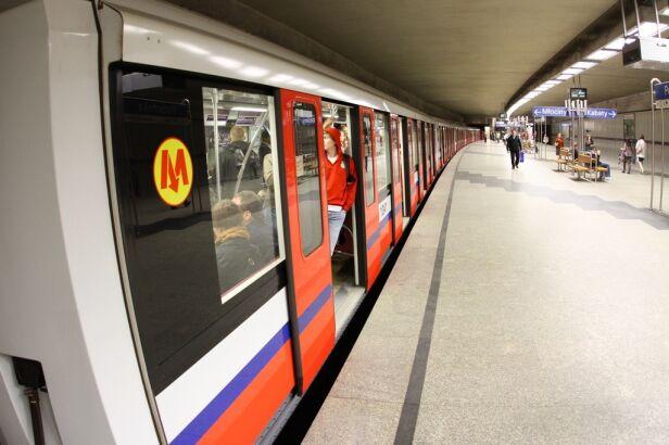 W wagonach metra szykuje się czyszczenie tapicerki Maciej Wężyk /tvnwarszawa.pl