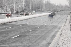 Znów śnieg. Trudne warunki na drogach