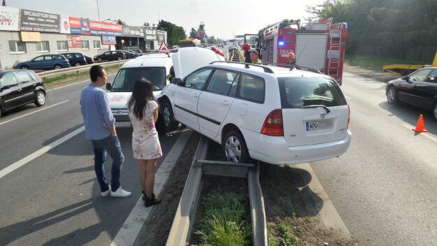 Wjechała na bariery, uderzyła w drugi samochód
