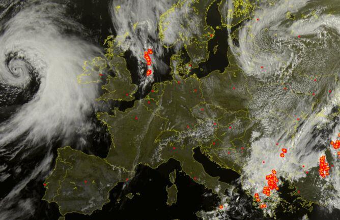 Niż Gudrun obecnie jest na zachód od Wysp Brytyjskich (sat24.com)