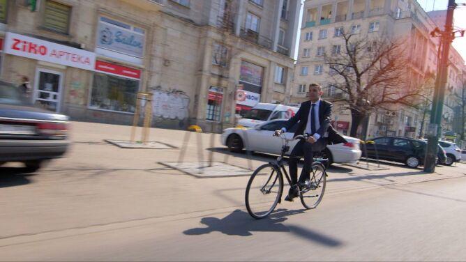 Zamiast limuzyną po Warszawie jeździ rowerem