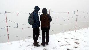 Mokre i śliskie szlaki. W Tatrach spadł śnieg