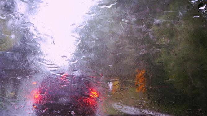 Silny wiatr i opady deszczu uprzykrzą jazdę